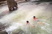 孩子们在南江河嬉戏。