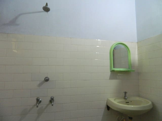 ATTACHED WASH ROOM