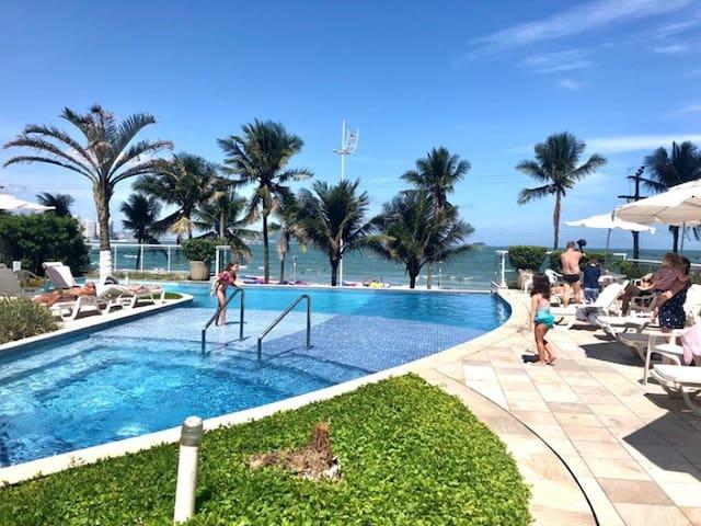 Apartamento em frente à praia c/ piscina e ar cond