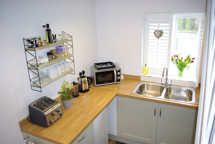 Studio Room & kitchenette - South Nutfield - Ev