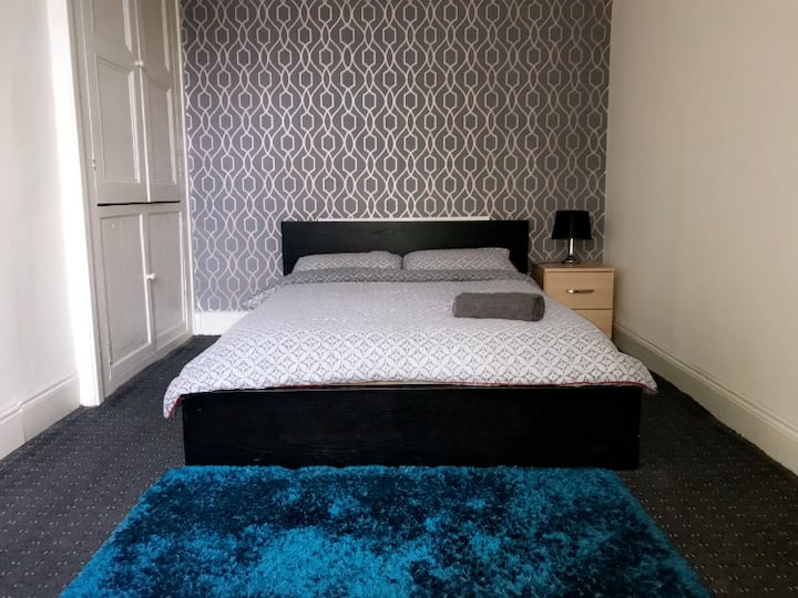 Bradford City Centre Cosy Double + free breakfast