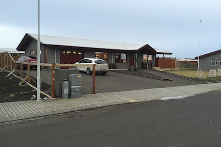 large house with 4 bedrooms - Grindavík - Ev