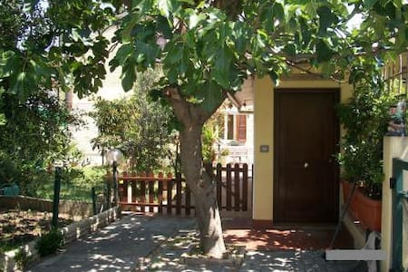 Quiet garden house at only 3 km from Assisi - Bastia Umbra - Apartment