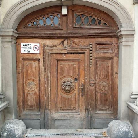 Piękne, stare drzwi w zabytkowej części Nowej Rudy.