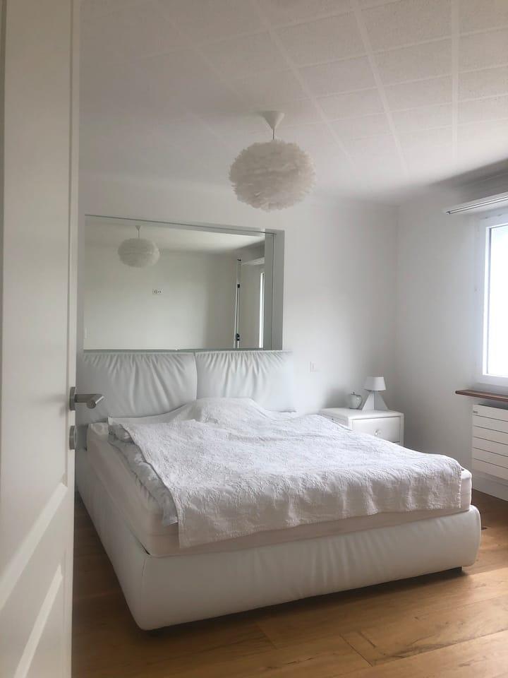 Helles Zimmer mit eigenem Bad