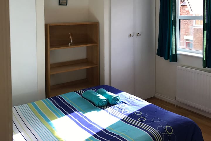 Lovely double room, 3 mins from train station