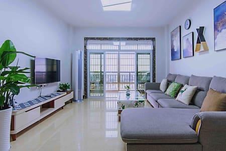 东兴市中越二桥高层景观温馨两居公寓