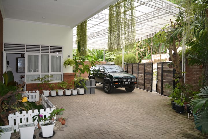 Rumah Oma: 1 VVIP Room in the heart of Semarang