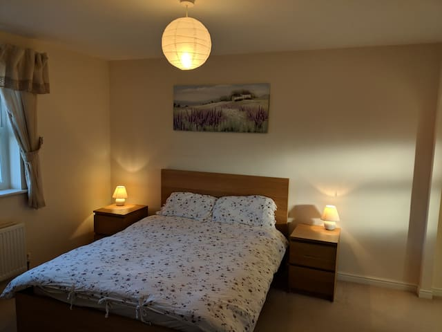 North Swindon double room ensuite bathroom + TV