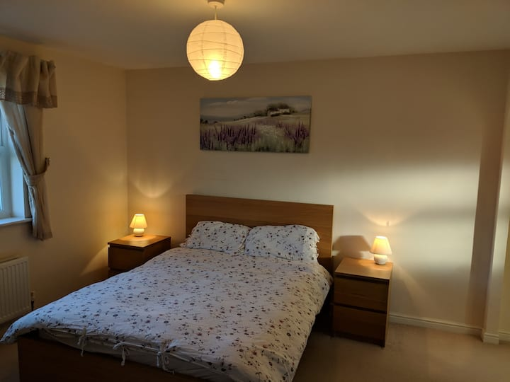 North Swindon double room ensuite bathroom + TV
