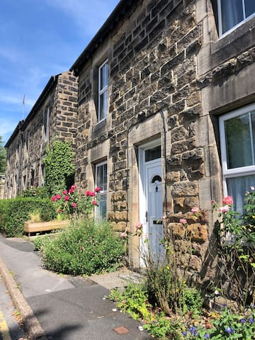 NEW! Town Centre Pretty Cottage, Opposite HIC