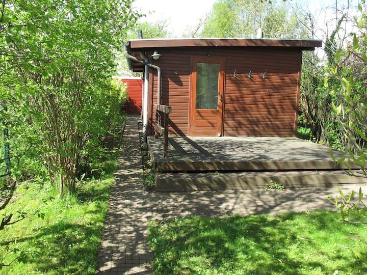 Kleines Holzhaus im Grünen mit großer Terrasse