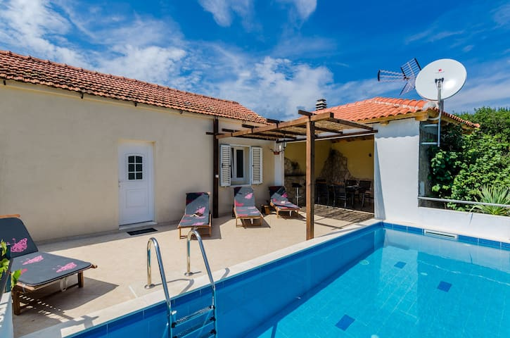 Dalmatian Gem - Two Bedroom Villa w/Terrace & Pool