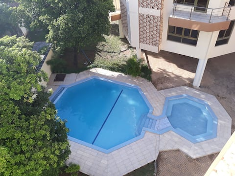 Private Room,own entrance,pool &near the Beach.