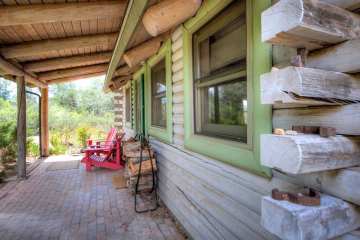 Secluded Purple Sage Log Cabin @Juniper Well Ranch