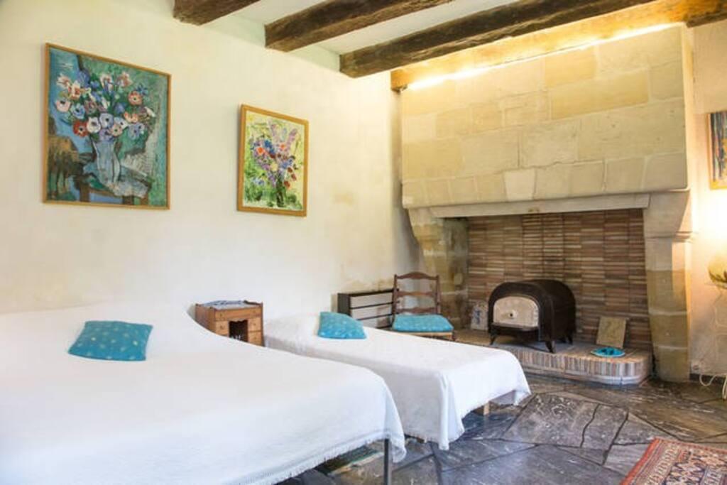 Chambre bleue, sa cheminée, son four à grisaille et son petit cheval de bois (2 à 4 hôtes et enfants)