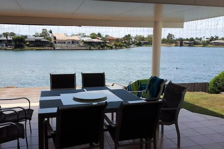 Beautiful room with ensuite and lake views - Mermaid Waters