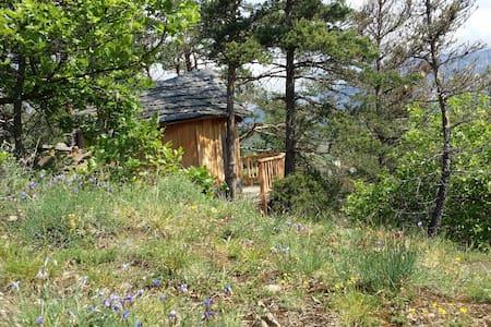 Cabane perchée en pleine nature été hiver - Luc-en-Diois