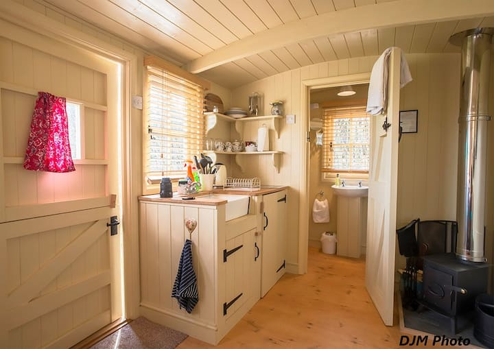 Luxury,cosy self contained shepherds hut, Sleeps 2