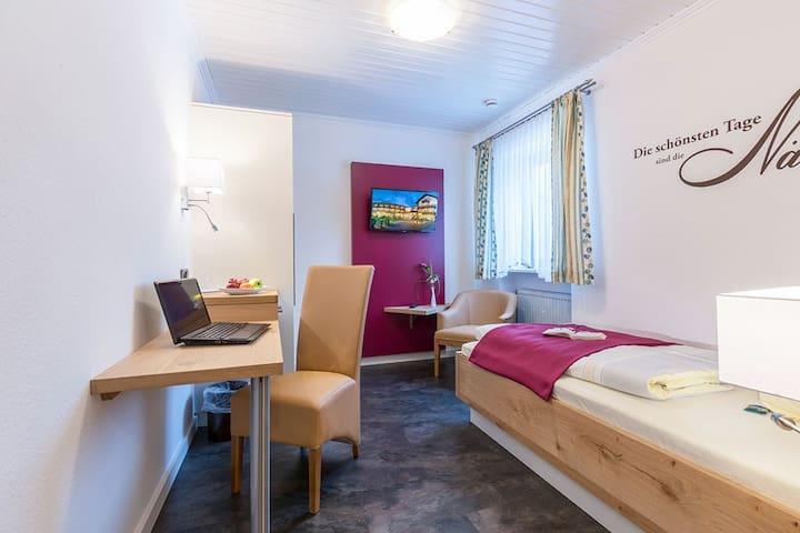 Gräfliches Hotel Alte Post (Bad Birnbach), Einzelzimmer Deluxe (18qm) mit Balkon