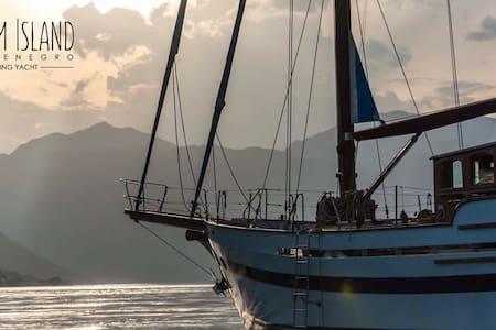 Ночлег на Яхте  Dream Island - Kotor - Barco