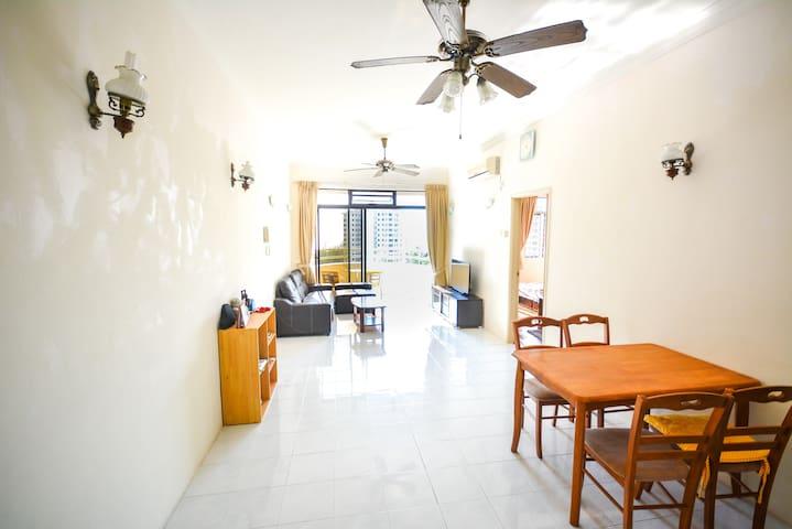 Lucky choice. Swimpool and seaview - Batu Feringghi - Apartamento