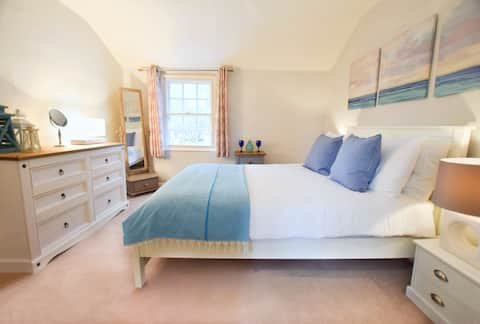 Chic Thame Cottage with Garden near Oxford