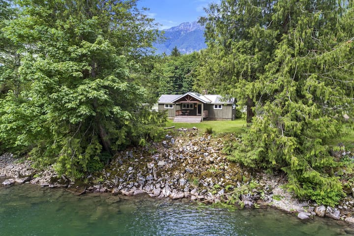 3-acre property overlooking Skykomish river w/ private hot tub!