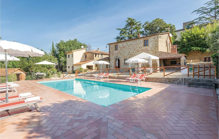 Stunning home in Castiglion Fiorentino with WiFi and 4 Bedrooms