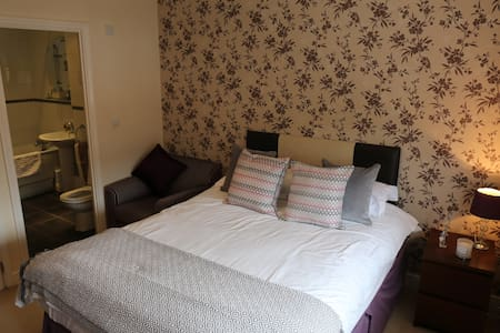 Double room with en suite and garden views. - Shinfield