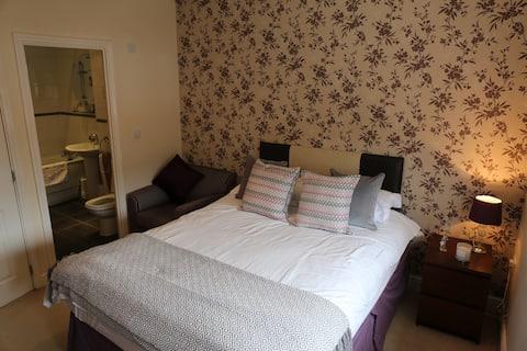 Double en suite room, close to M4