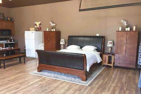 King Bed : Quiet Country Studio : I-5 Corridor