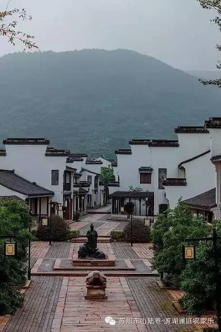 江南水乡韵味十足哦,后靠山前面望太湖,生活在诗情画意中。