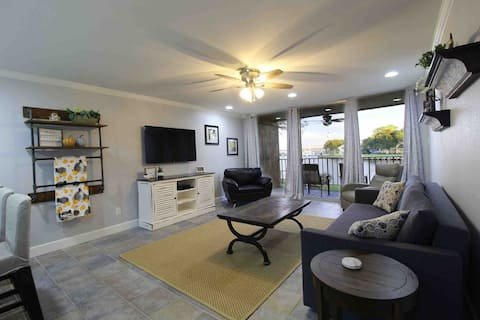 Find your Unwind - Lakefront Condo