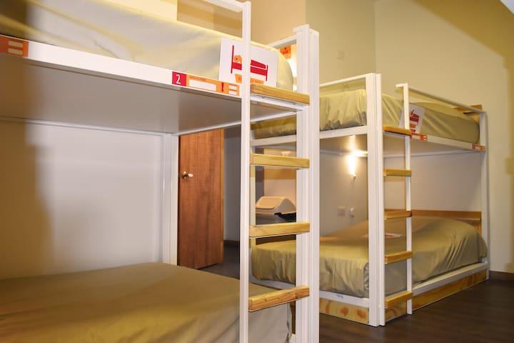 Cama en dormitorio  mixto- baño compartido