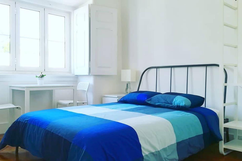 Quarto 01: cama de casal, mesa de cabeceira, abajur, armário, mesa de refeições/ trabalho. Os dois quartos possuem idênticas e novas.