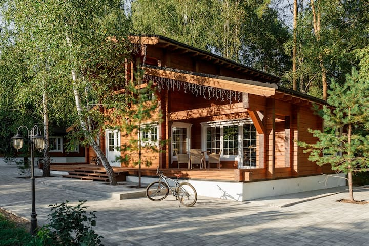 Дома на территории частной усадьбы в сосновом лесу