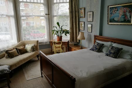 Luxurious double room (10 mins from Finsbury Park)