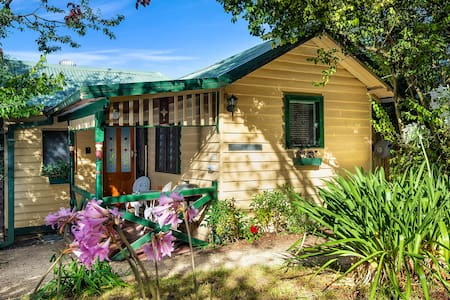 Bonnie Brae, a cosy cottage in a secluded garden