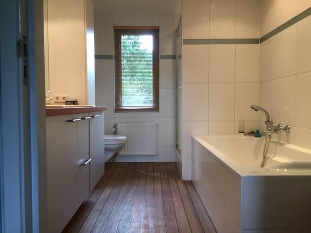 luxe badkamer met douche en bad, eventueel delen met andere gasten