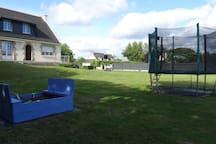 Bac à sable et trampoline