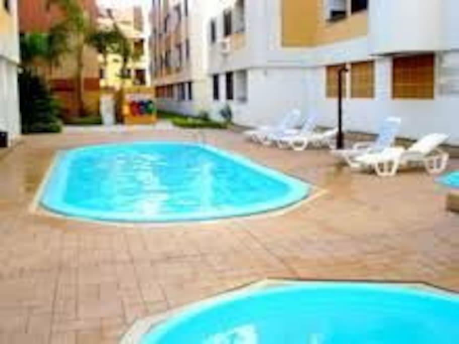 Apartamento a 50 metros do mar ar cond piscina aptos for Piscina 50 metros barcelona