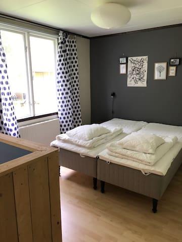 Maja: sovrum med divider, kök och matplats i samma utrymme
