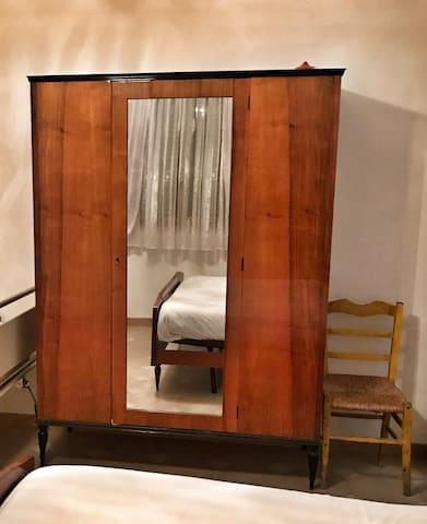 Schlafzimmer 1 Kleiderschrank