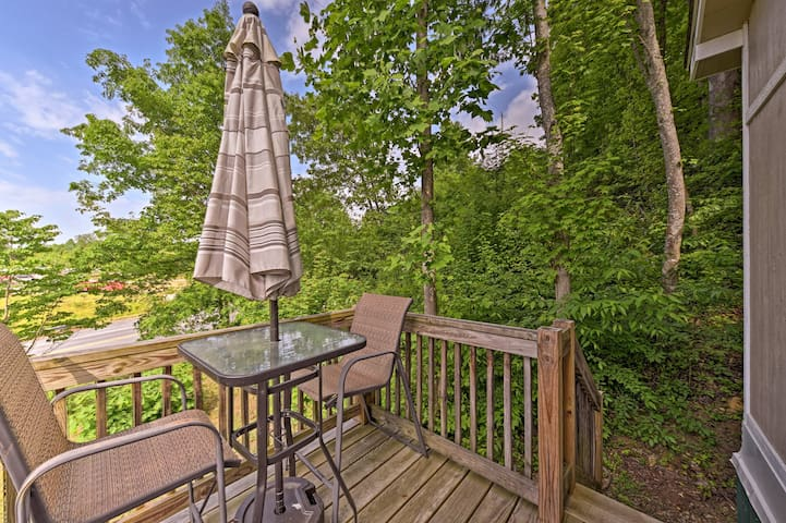 Escape to West Virginia at this vacation rental cottage in Fayetteville!