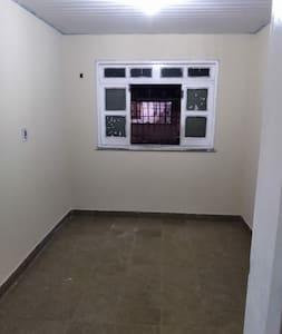 Casa sem mobília com 3 quartos e 1 banheiro