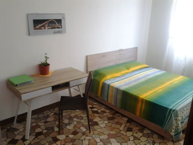 luminous bedroom for 2 in Ferrara / stanza per 2 - Ferrara - Lägenhet