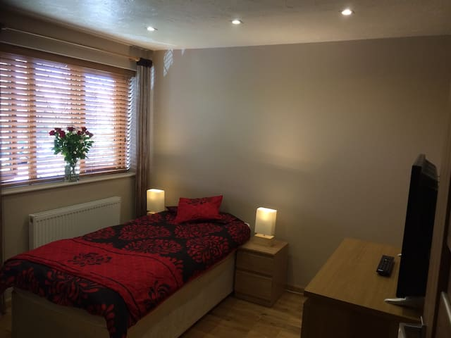 Lovely Large Double Room with parking, Borehamwood
