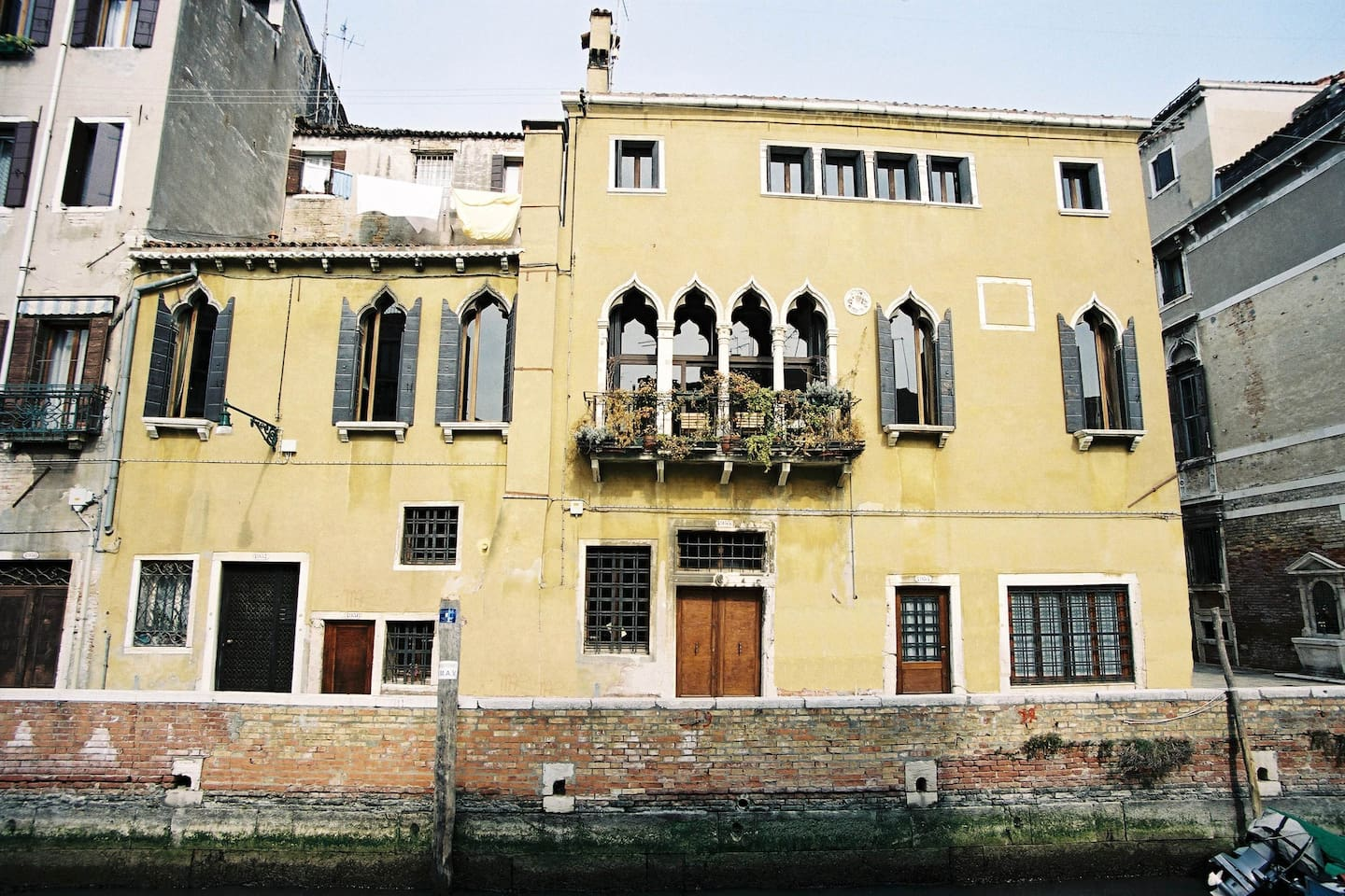 the south facade overlooking the confluence of two wide canals, the canale Santa Caterina and the Rio di Ca´Dolce