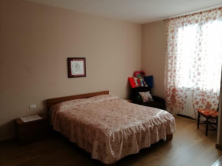 Offro stanza privata  con letto matrimoniale